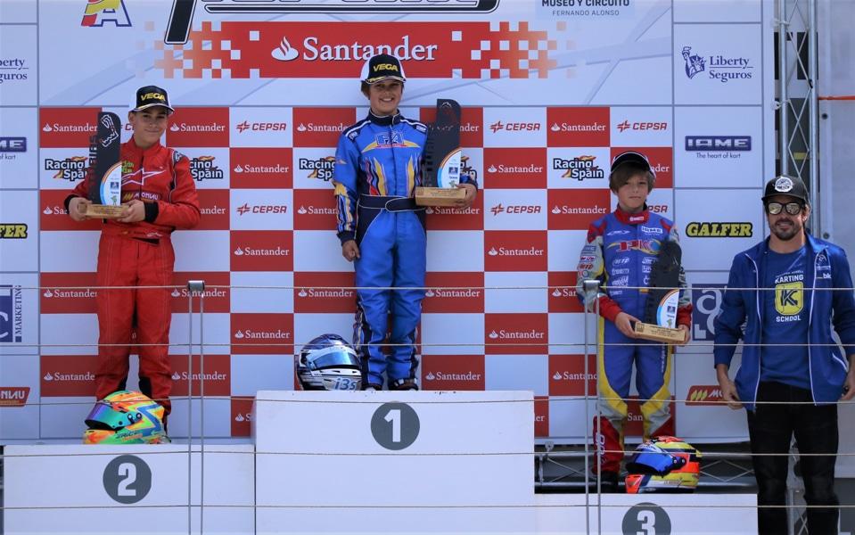 El piloto de karts Miguel Peiró posa con su copa de ganador